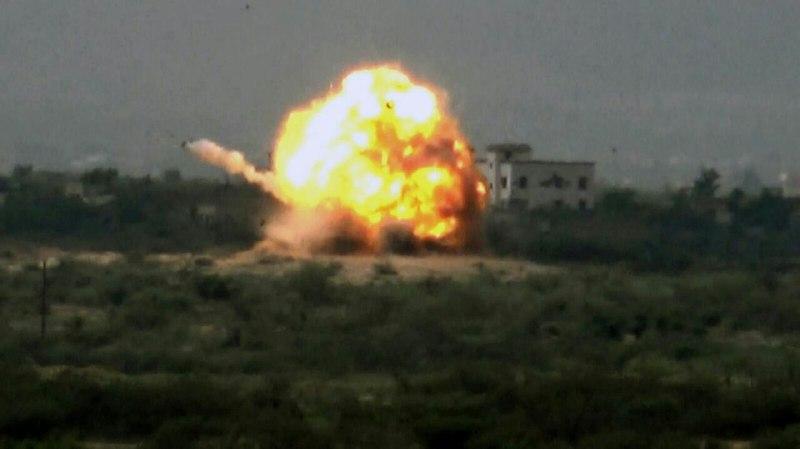 شاهد : صور لاستهداف وتدمير آلية سعودية في قرية المعنق في الجابري في الخوبة 31 / 10 / 2015م