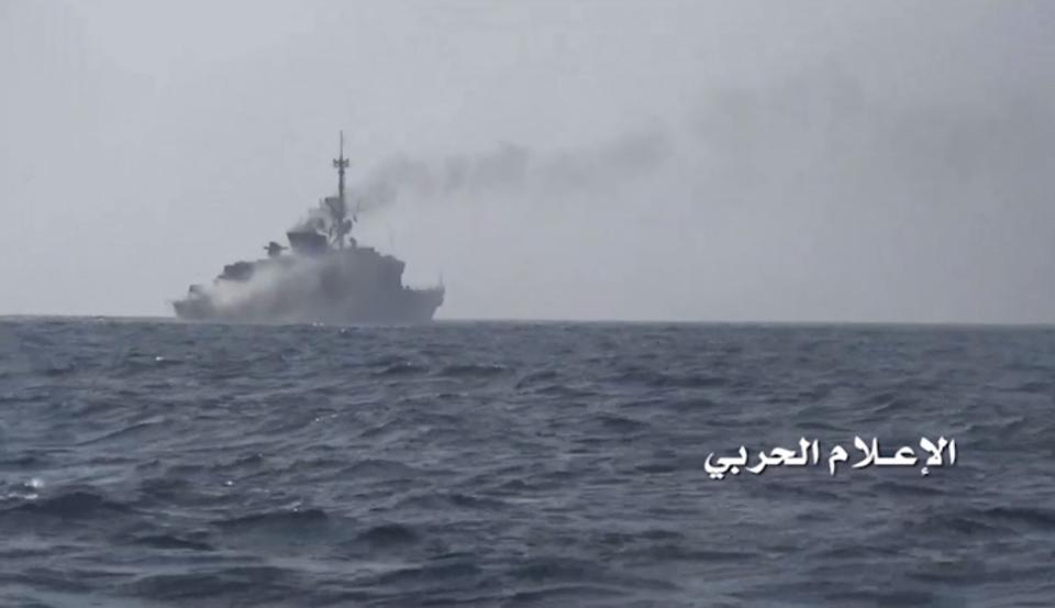 القوات البحرية تعلن استهداف سفينة حربية لقوى العدوان في ميناء المخا
