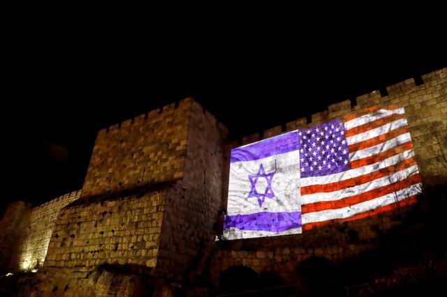 العدو الاسرائيلي يتحدى المسلمين ويضيء القدس بالعلمين الاسرائيلي والامريكي