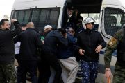شبان فلسطينيون يرشقون وفدا اميركيا يزور رام الله بالبيض