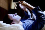ما خطورة استعمال الهاتف الذكي قبل النوم..؟