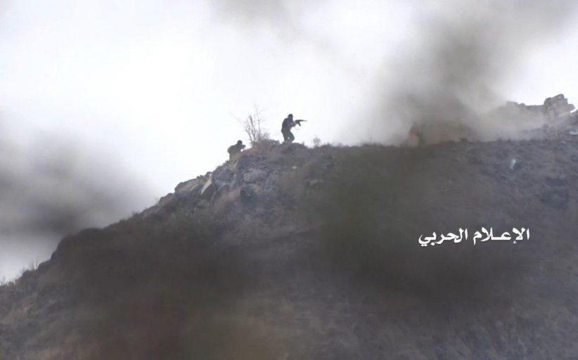 الإعلام الحربي يوزع مشاهد إقتحام الجيش واللجان الشعبية لموقع العمود العسكري السعودي جنوب الخوبة في جيزان (صور + فيديو)