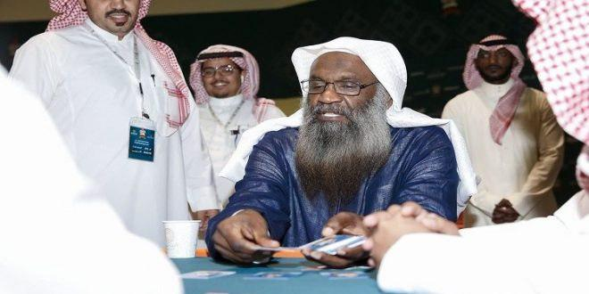 """إمام في الحرم المكي يفتتح لعبة الورق """"البلوت"""" في السعودية ويثير عاصفة استهزاء كبيرة"""